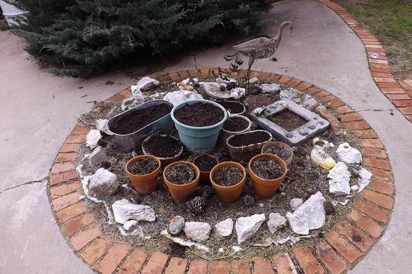 Клумба с цветочными горшками. Фото с сайта pinterest.com