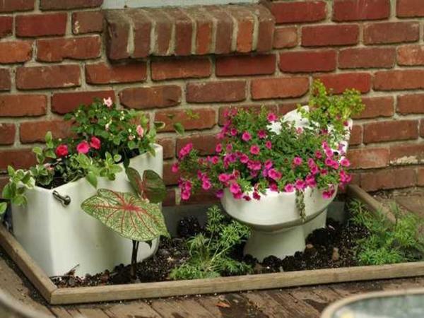 Клумба с элементами сантехники. Фото с сайта pinterest.com