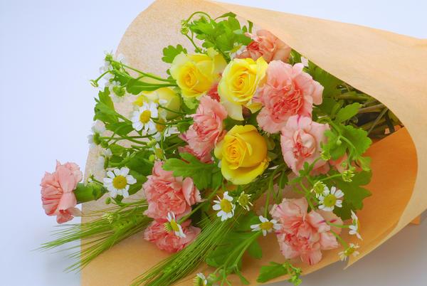 Легкая и романтичная композиция из роз с гвоздиками