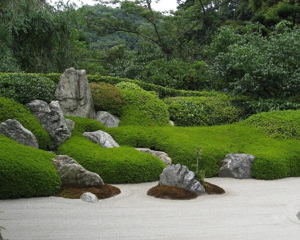 Если все получается как надо, камень врастает в сад, словно всегда в нем и находился