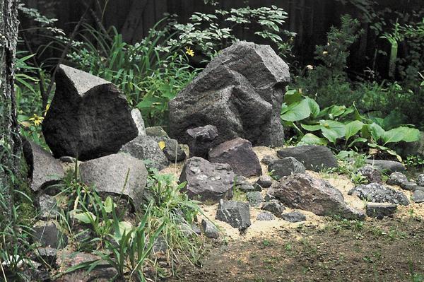 Камни в саду олицетворяют строгое мужское начало