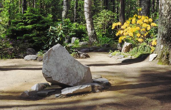 Камень традиционно преподносится как необходимый для обустройства сада строительный материал