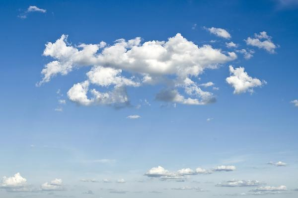 Облака плывут высоко и быстро - к погожему дню