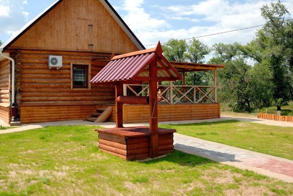 Рядом с деревянным домом наиболее естественно смотрится колодец в виде простого сруба