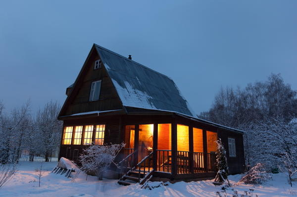 Как утеплить дачный дом, если бюджет ограничен, а мерзнуть не хочется?