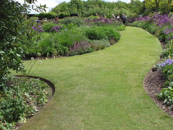 Грамотное оформление границ придает саду аккуратность и ухоженность