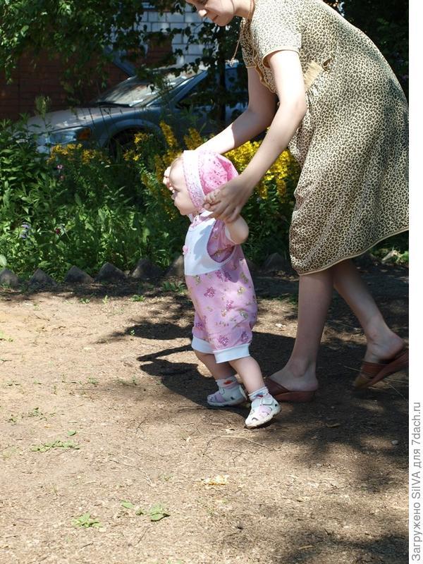 Лилия учится ходить