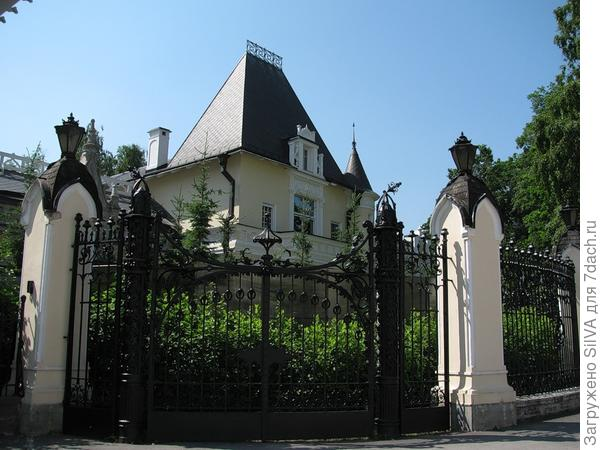 Особняк в неоготическом стиле с кованным забором Марии Клейнмихель