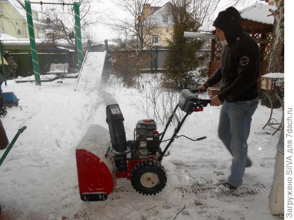 выброс снега из снегоочистителя