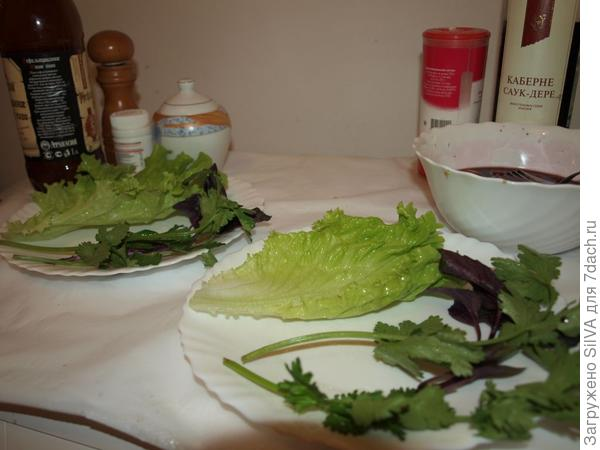 раскладываем  зелень на тарелке