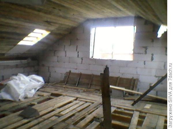 наша спальня в домике с баней)