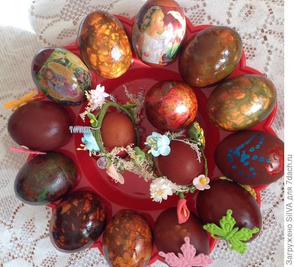 Яйца крашенные в луковой шелухе различными приемами