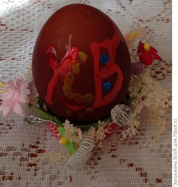 Окрашенное яйцо с надписью перламутровыми красителями