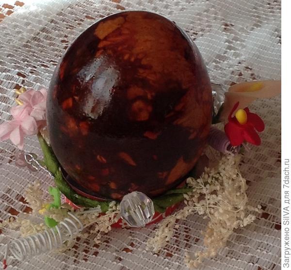 мраморное яйцо , полученное путем отвара в марле с кусочками луковой шелухи