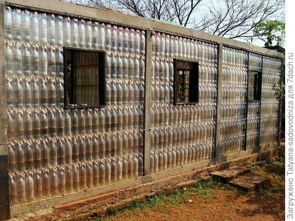 теплица из пластиковых бутылок, фото с сайта geteasycraftideas.blogspot.com