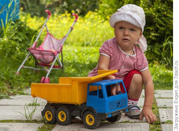 Анюта больше любит управлять грузовиком, а не коляской