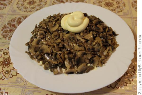 второй слой салата-грибы