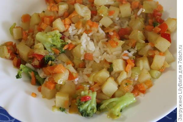 смешиваем рис, овощи и соус