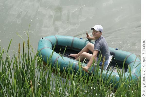 Сын плывет на лодке