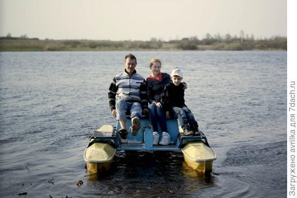 На нашей даче есть озеро, а в нем катамаран - любимое развлечение детей и взрослых