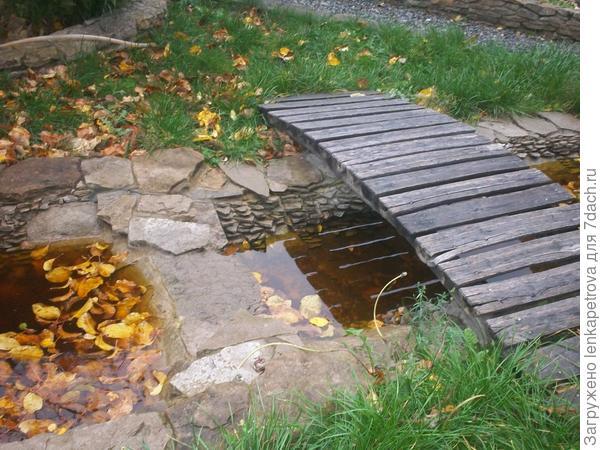 мостик к прудику во дворе