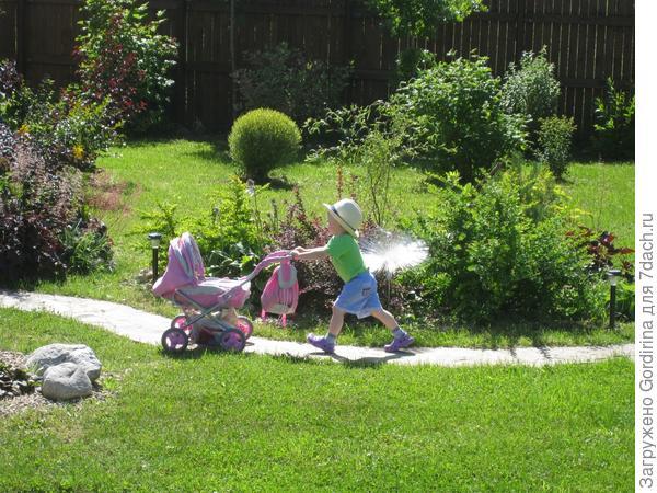 Хорошо моим внукам на любимой даче!
