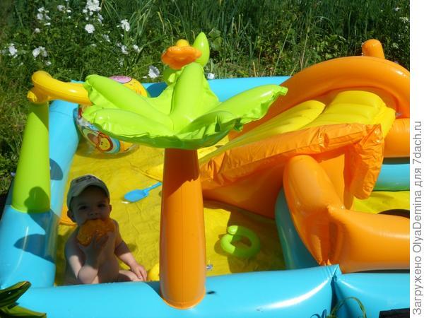ну и  на последок, вот такой бассейн мы поставили на даче для нашего малыша.