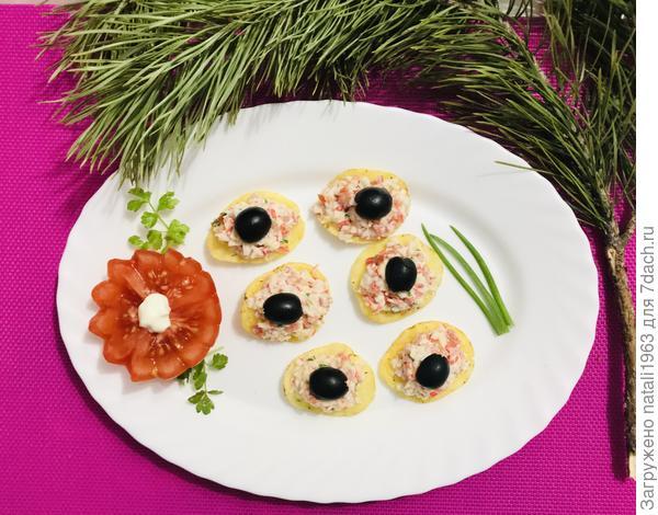 Закуска с маслинами и крабовыми палочками на чипсах. Пошаговый рецепт с фото