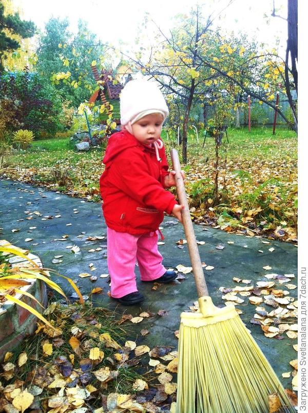 Маленькая помощница наводит чистоту на даче)
