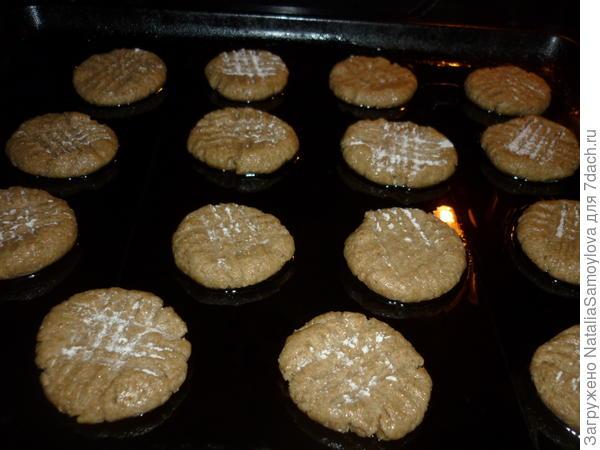 Выкладываем на расстоянии друг от друга, так как в процессе выпечки печенье увеличивается примерно в 2 раза.