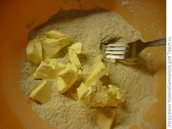 Тонко нарезать ножом холодное сливочное масло.