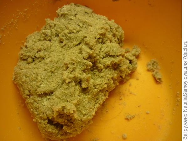 Замесить однородное тесто. Чтобы тесто не липло к рукам, можно руки смазать растительным маслом. Тесто положить в пакет или накрыть пищевой пленкой и отправить в холодильник на 30 минут.