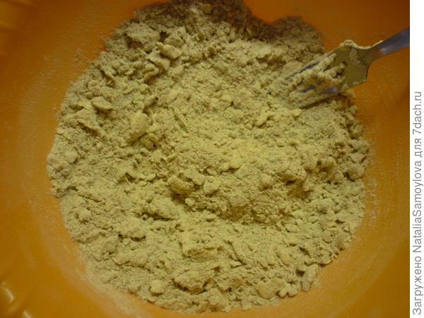 Сначала вилкой, а затем руками перетереть все в крошку и добавить сахар и щепотку соли. Перемешать.