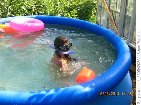 Внучка в бассейне.