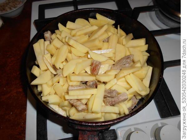Жарим картошку с мясом.