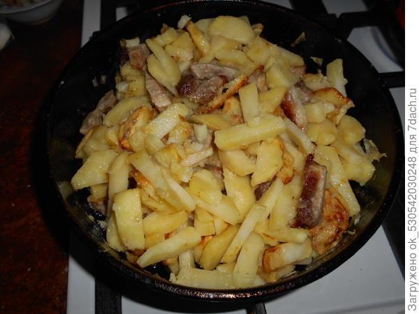 Картошка с мясом почти готова.
