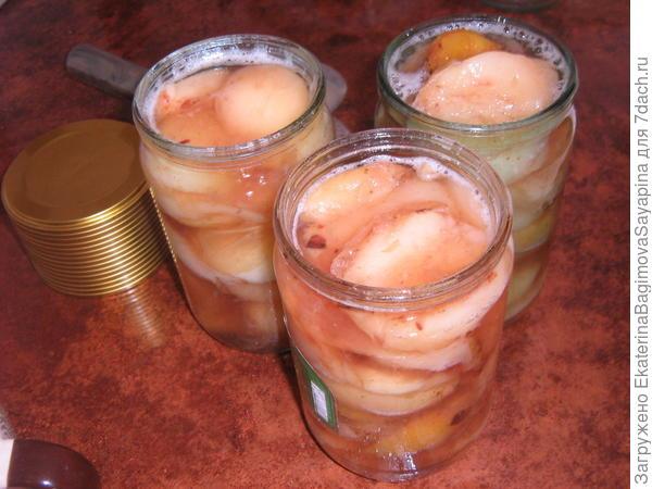 Закладываем в банки варенье из персиков.