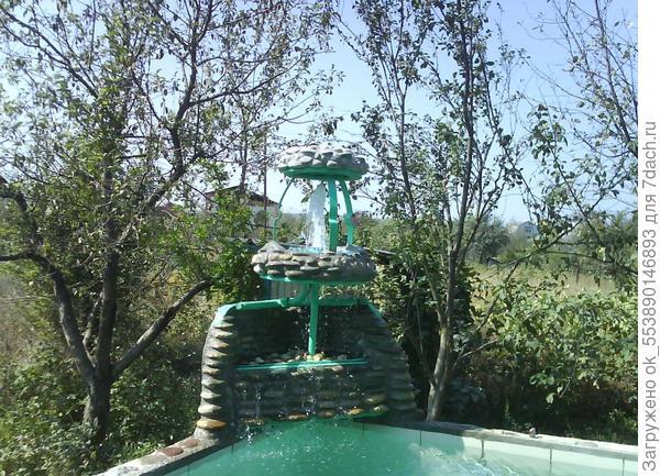 Фонтанчик на бассейне.