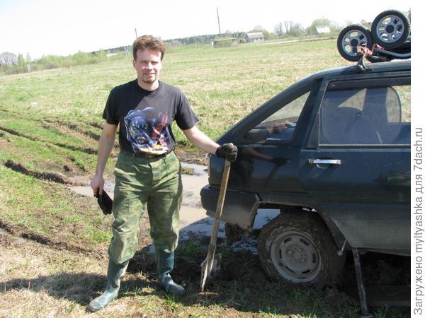 Лопата - надежная помощница не только на грядке, но и по пути к огороду!