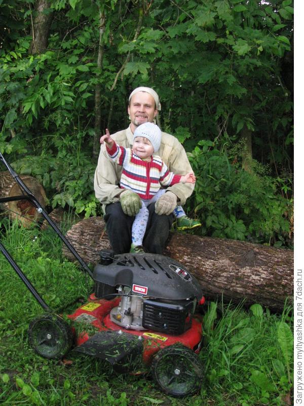 На более-менее ровных площадках с небольшой травой можно косить не триммером, а катать газонокосилку на колесах, прямо как детскую коляску. Газонокосилка MTD