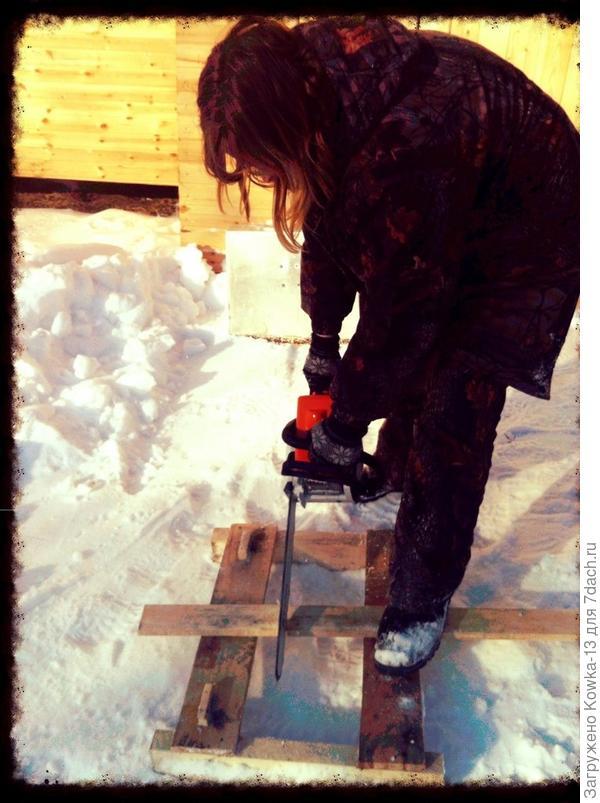Это я с бензопилой. Строительство дома.