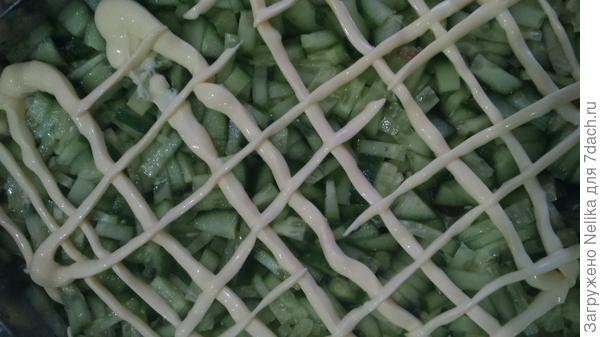 5 слой- свежие огурчики, мелко порезанные, под майонезной сеточкой
