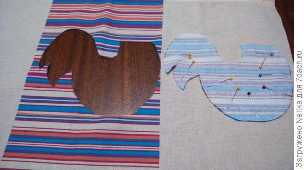 Вырезаем тельце петушка из полосатой ткани