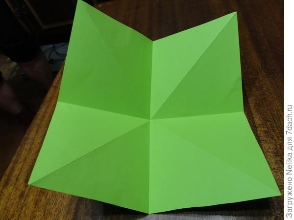 Лист бумаги согнут по диагоналям