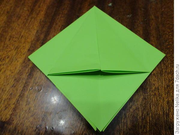 Два крайних треугольника загибаем внутрь