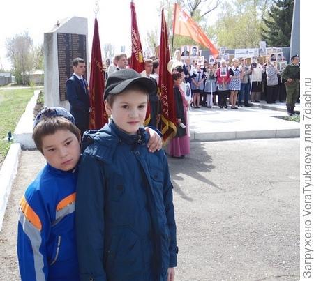 Дети рядом с бессмертным полком