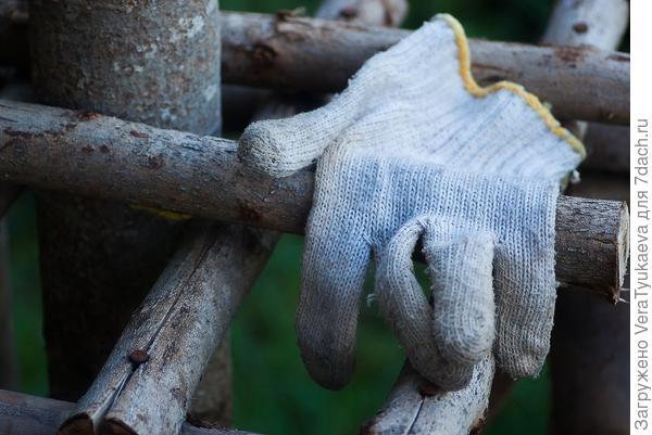 Белые перчатки.