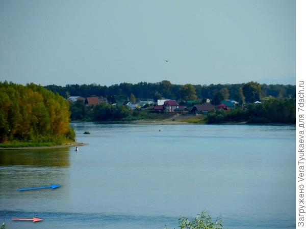 Стрелками показана вода обеих рек. Цвет разный.
