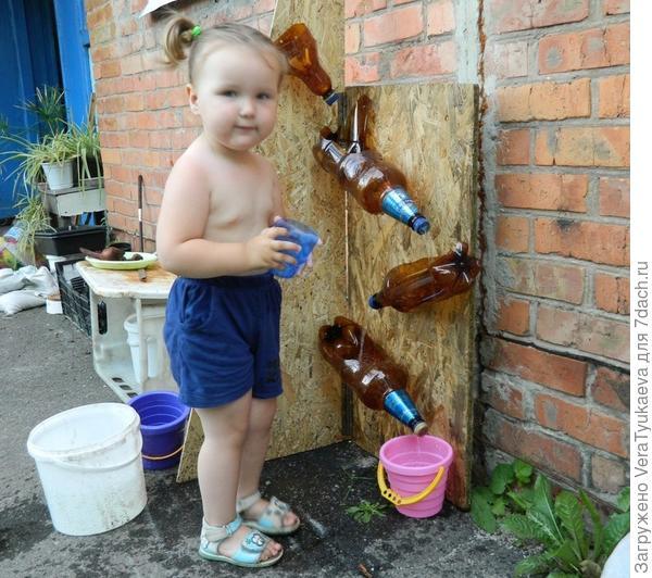 Вода всегда привлекает детей.