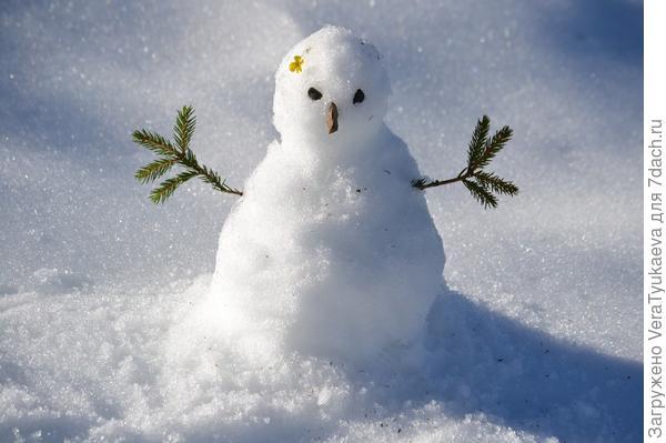 Куча снега - снеговик.
